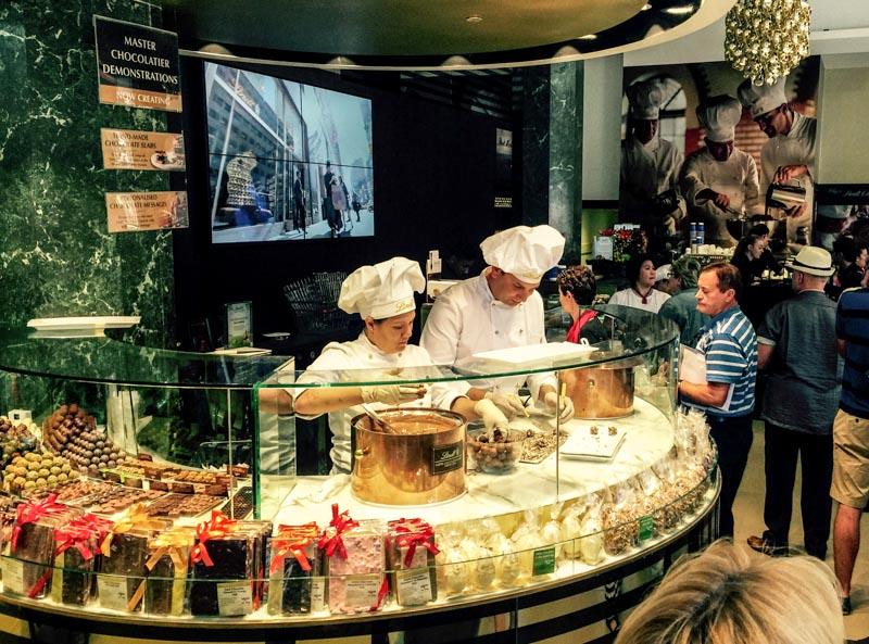 人民网悉尼3月20日电 (李一鸣 马咏佳)在澳大利亚悉尼马丁广场的瑞士莲咖啡馆人质事件发生三个月后,咖啡馆于20日上午重新开放营业。 2014年12月15日,伊朗裔澳大利亚公民莫尼斯在位于悉尼马丁广场的瑞士莲咖啡馆持枪劫持了17名人质,并引发了与警方长达16个小时的对峙。这次劫持事件最终导致34岁的咖啡馆经理托里约翰逊和38岁的律师卡特丽娜道森丧生,枪手也被警方击毙。 事件发生后的几天,悉尼市民在马丁广场自发进行了大规模的悼念活动,广场上一度铺满了鲜花。而瑞士莲咖啡馆也自那时起一直保持关闭,协助警方进行