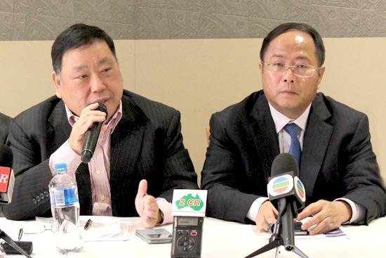 统筹策划人王国忠(左)向媒体介绍大会情况(摄影 盛楚宜)图片