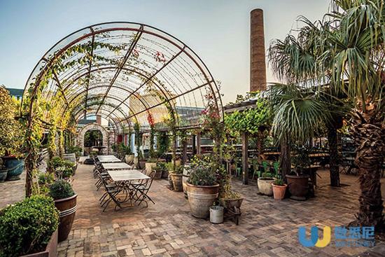 悉尼大名鼎鼎的The Grounds of Alexandria坐落在老工业区,由废弃停车场改造而成。与其说它是一个餐厅,不如说它是一个生鲜农产品集市。餐厅占地面积将近一公顷,包含有咖啡馆、手工烘培店以及一个永续栽培花园(permaculture garden),花园里种植了品种丰富的蔬菜、香草、水果以及花卉,并带有一个小型动物农场。餐厅的美食全部来自花园里种植的有机食物。中秋之夜,一家人坐在餐厅外的盆栽棚中,享受着地道的农家美味,无比惬意。