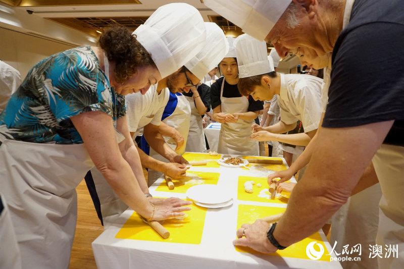 悉尼民众参与中国美食体验工坊学习包饺子