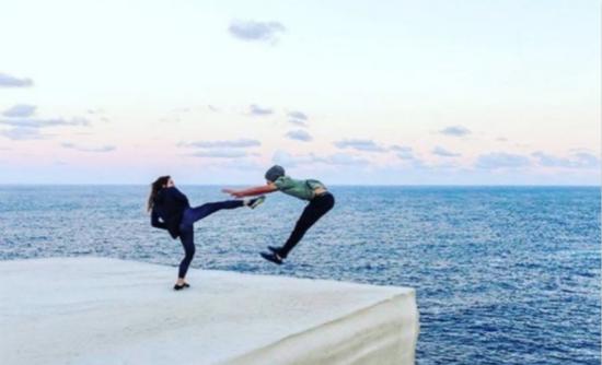 """游客在澳""""婚礼蛋糕石""""拍照屡禁不止 当地警方加强管控"""