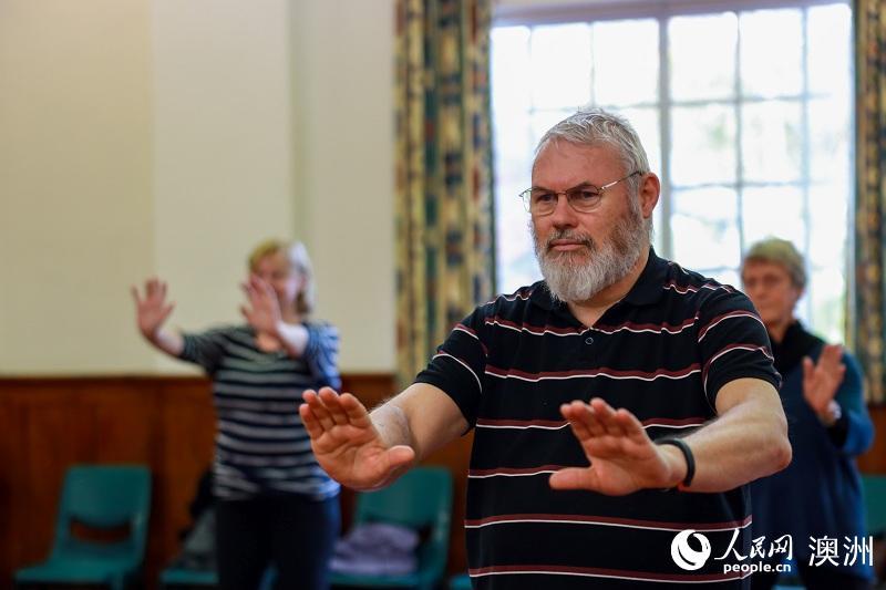 惠灵顿太极协会的成员们认真跟随两位老师练习(摄影 张健勇)
