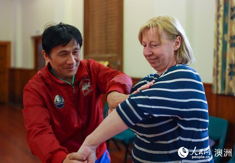 应邀到访新西兰的王俊法老师为学员们纠正动作(摄影 张健勇)