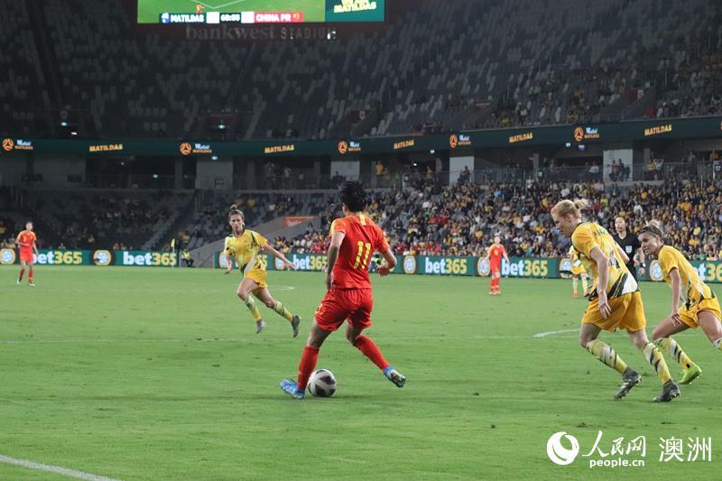 中国女足对战澳大利亚女足(摄影 孙琦)